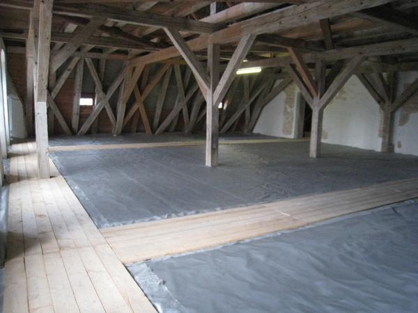Glasschaumschotter inklusive Rieselschutz und Glasvliesabdeckung zwischen den Balkenlagen einer historischen Holzbalkendecke. Bild: Glapor