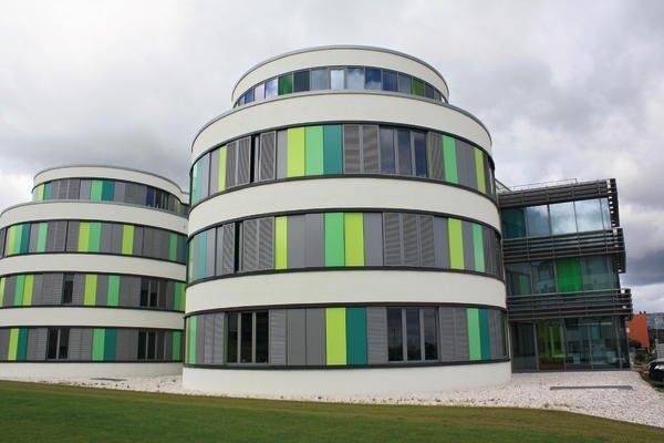 Das architektonisch ansprechende Bürogebäude konnte energetisch nachgerüstet werden. Bilder: Haverkamp
