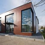 Neubau mit Fassadenplatten aus afrikanischem Okumé-Schälfurnier.
