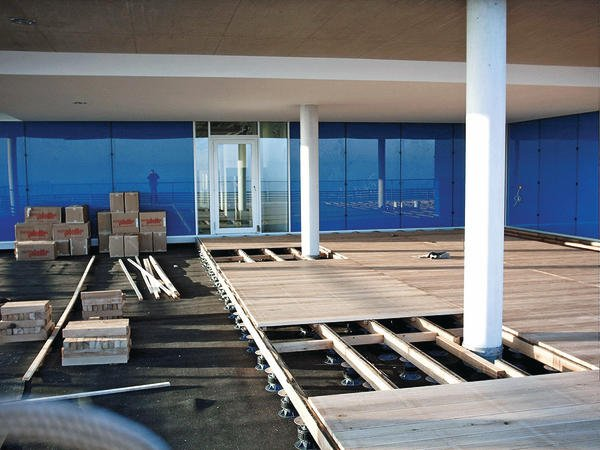 Invertierte Verlegung von Holzterrassen: Kombination von 2 PLV 50/75 mit 2 PP 155/45. Bild: euro-system Couwenbergs