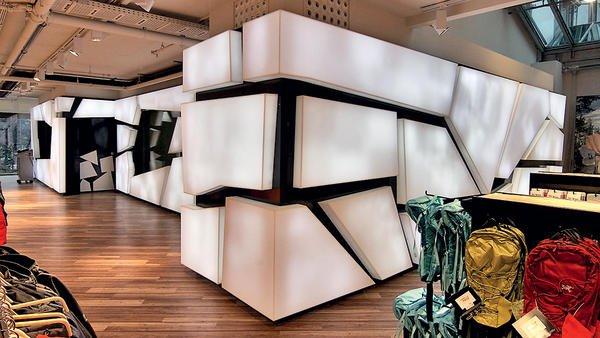 Die Kältekammer der Globetrotter-Filiale wurde mit transluzentem Mineralwerkstoff gestaltet. Bild: Globetrotter Ausrüstung Denart & Lechhart GmbH, Hamburg
