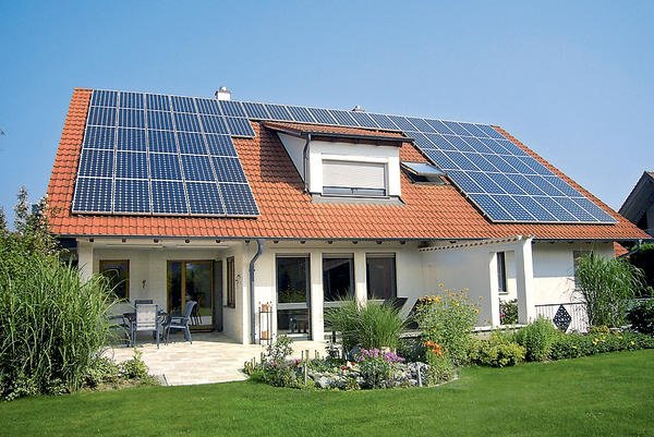 vMonokristalline PV-Module (Nennleistung 180 Watt): Die Anlage mit Nennleistung von 11,5 kWp erzeugt im Jahr rund 11400 kWh Strom. Bild: Mage Solar AG Ravensburg
