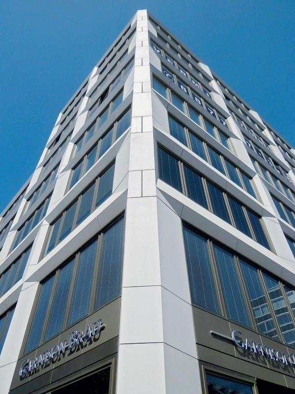 Fassadenelemente aus Glasfaserbeton an einem Hochhaus
