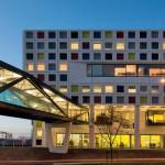 """Selbst bei Dunkelheit funktioniert das """"Logo"""": Die in fünf Grundfarben nach Mondrian gestaltete Fassade."""