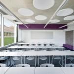Was wie Designelemente unter der breit gespannten Stahlbetondecke aussieht, sind wirksame Akustikelemente. Bilder: Fotograf David Matthiessen, Stuttgart
