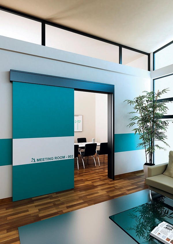 Hohen Schallschutz bieten die Holzschiebetüren, die sich manuell oder automatisch öffnen lassen. Bild:Lindner
