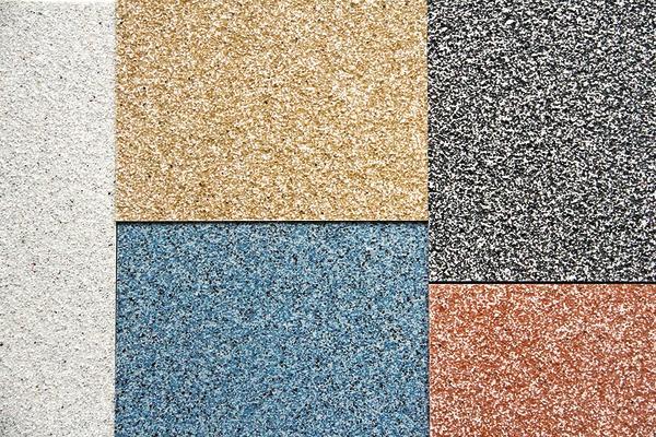 Mit dem OptiLook-System ColorQuarz erhält jeder Balkonboden eine robuste Oberfläche.