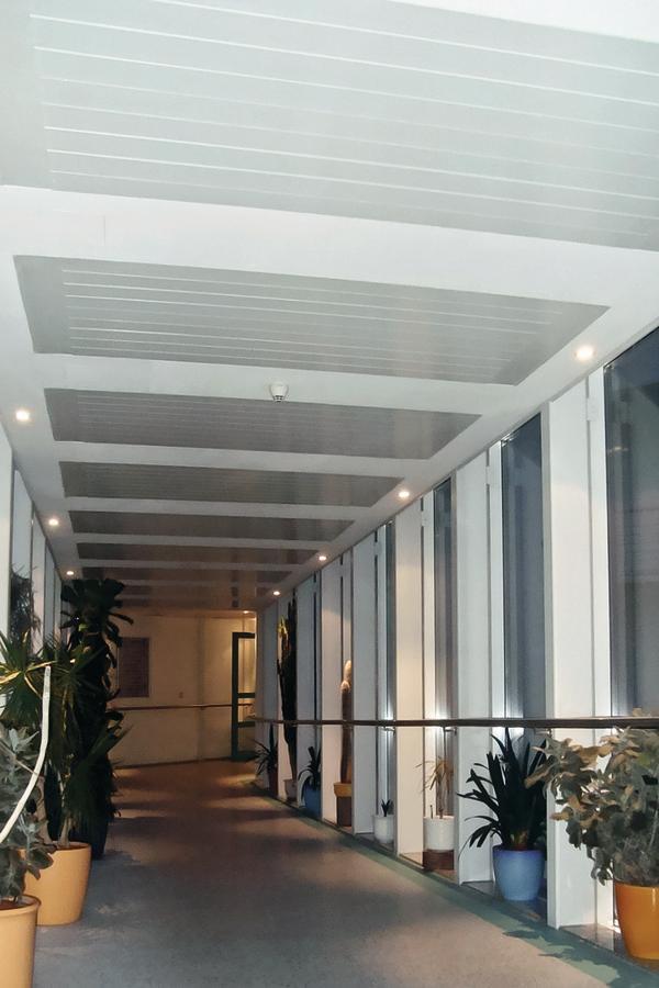 Heizen und Kühlen mit einem System für Büro- und Verwaltungsgebäude. Bild: Sunline Deckenstrahlungsheizungen