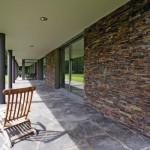 Ein breiter Kolonnadengang trägt wesentlich zur reizvollen Verbindung zwischen Gebäude und Natur bei.