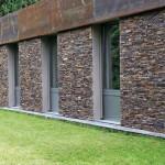 Die Naturstein-Fassadenelemente wurden auf das Verblendmauerwerk geklebt und an den Fenstern plan abgesägt.