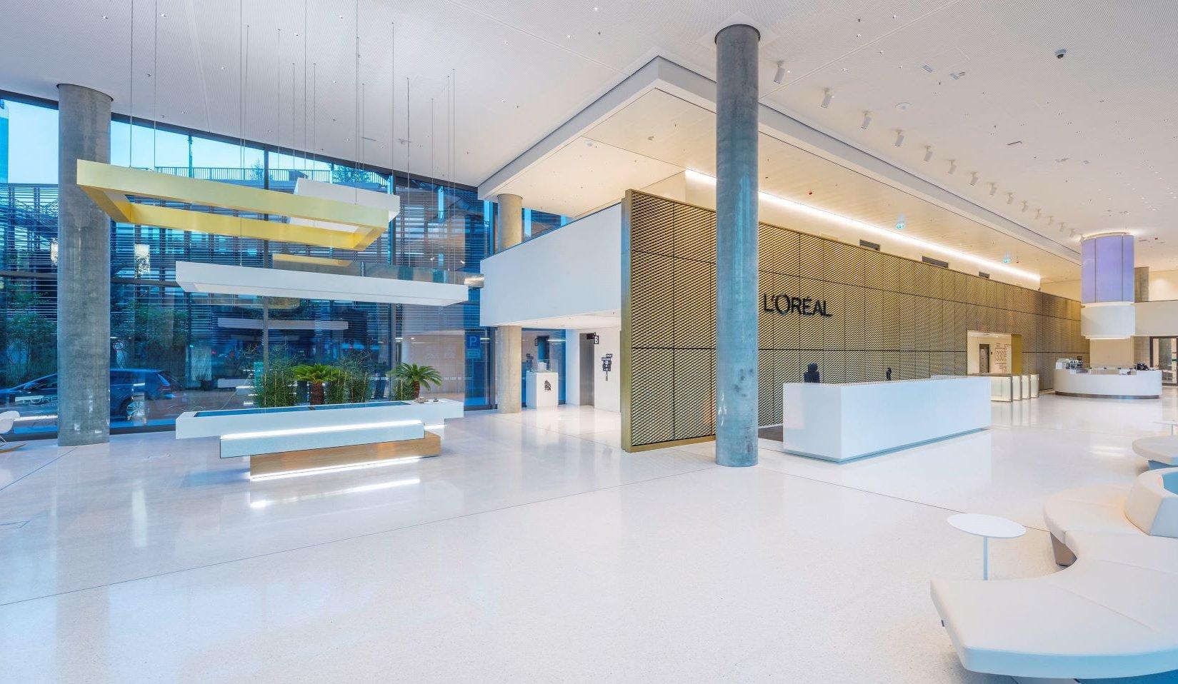 """Mit seiner neuen Deutschlandzentrale """"Horizon"""", geplant von HPP Architekten, präsentiert sich L'Oréal selbstbewusst am Düsseldorfer Kennedydamm. Bild: HPP Architekten / Ralph Richter"""