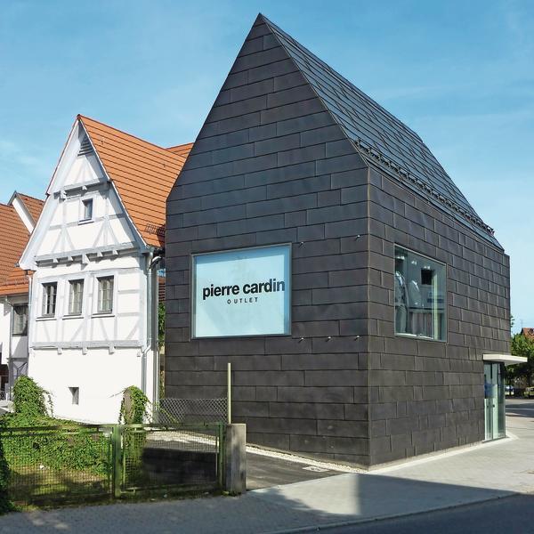 Ein Fachwerkhaus in Metzingen hat einen Anbau erhalten. Der gesamte Baukörper inklusive der Dachflächen wurde vollständig mit Walzblei eingekleidet.