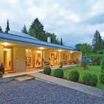 Mit ihrem markanten Wohnhaus in Riederau haben die Architekten Gisela Drexler und Axel Tilch ein von rauem Leichtbeton geprägtes Schmuckstück realisiert.