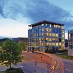 Auch nachts ein transparentes Bild: Gläsernes Bürogebäude mit klaren Linien. Bilder: Semco Glas