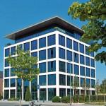 Ein geradliniges Raster aus großen Fensterflächen ohne störende Verschattungselemente prägt die Fassade.