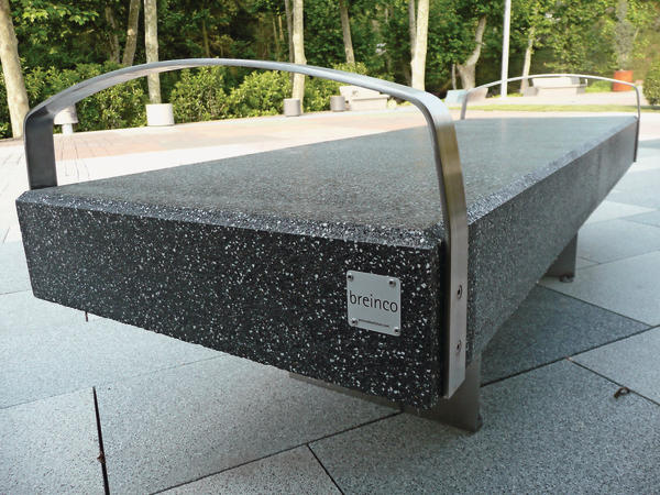 Die Oberfläche der Betonsteinbank wirkt wie marmorierter Naturstein. Bild: breincobluefuture, Llinar del Vallès