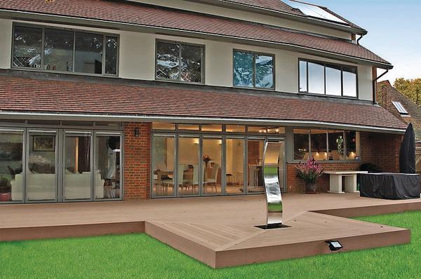 Pflegeleichte Terrasse mit dem Charme von Holz durch Terrassendielen aus Verbundwerkstoff. Bild: Timbertech