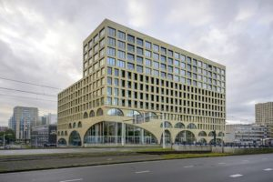 Wohn- und Geschäftshaus Westbeat in Amsterdam mit Backstein-Fassade
