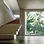 In Verbindung mit Sichtbeton setzt Eichenholz im Inneren edle Akzente. Bilder: Kneer-Südfenster