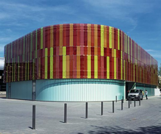 Glasfassade bunt  Neubau eines Schulungs- und Entwicklungszentrums in Neckarsulm ...