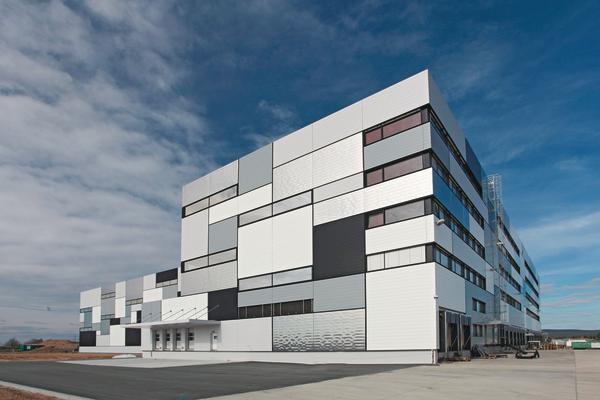 Der Neubau für das Logistikzentrum wurde als großes Volumen gestapelt. Ausgeführt wurde beim Logistikzentrum eine innovative Fassadenlösung.