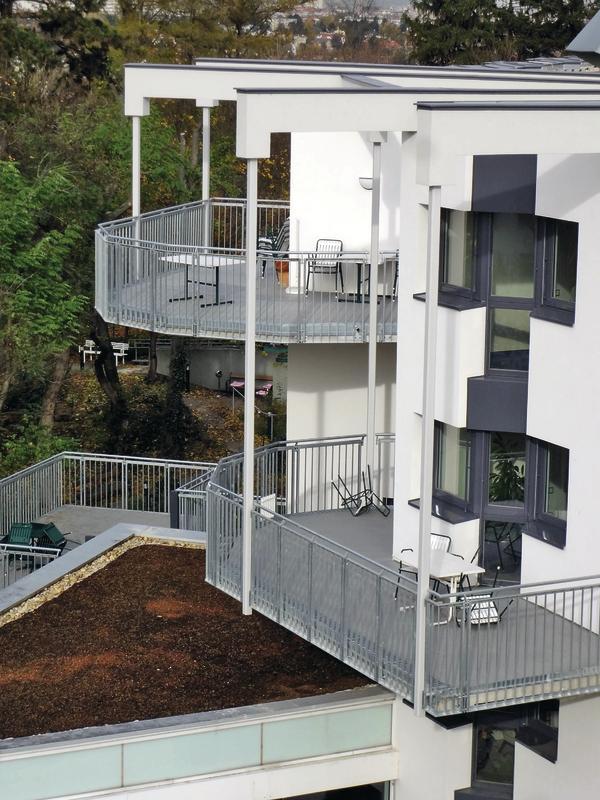 Barrierefrei, mit rutschhemmenden Flächen sowie einer verschleißfesten Balkonabdichtung - so sollten die Balkone für das Wiener Seniorenwohnheim sein.