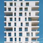 Die sparsam angeordneten Fugen der großformatigen Faserzementtafeln unterstreichen den kompakten Charakter des eigentlich stark gegliederten Gebäudes. Bild: Eternit