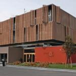 Die HPL-Elemente nehmen dem Gebäude die Schwere und wirken zugleich als Sonnenschutz. Bild: Trespa