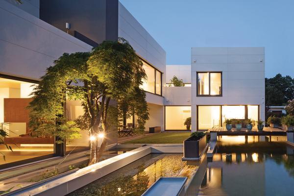 Die Anordnung der Baukörper sichert nach außen die Privatsphäre und bildet nach innen ein geschütztes Atrium. Bilder: Dirk Wilhelmy