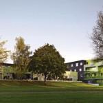 Grüne Wohnanlage - nicht nur in der Farbgestaltung der Fassade, sondern auch in den Außenanlagen: Tiefgarage als begrünter Hügel.
