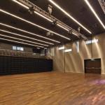Metallisch verkleidete Wände werden akustisch ausgeglichen durch eine Kombination aus absorbierenden und reflektierenden Zonen.