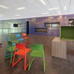 Foyer mit harten Boden- und Wand-Materialien wird durch Akustikdecken gedämmt, in denen auch die Lichtlösung integriert ist.