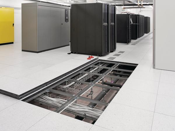 Räume mit vielen anzusteuernden technischen Einheiten empfehlen sich für Doppelböden, die an jedem beliebigen Punkt geöffnet werden können. Bilder: Bundesverband Systemböden e. V.