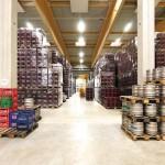 Hell: Flaschenlager der Weinkellerei.