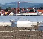 Lichtband und Lichtkuppeln auf Flachdach, jeweils mit HDS-Schutzsystem.