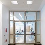 Auch feuerbeständige T90/F90 Brandschutztüren und Wandelemente lassen sich mit hohen Glasanteilen, schmalen Profilansichten und eleganter Gestaltung ausführen. Bild: Schüco