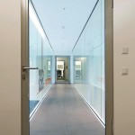 Die T30 Aluminium-Feuer- und Rauchschutztür mit spiegelloser Zarge fügt sich ansatzlos in das Mauerwerk ein und sorgt für filigrane Optik mit hoher Transparenz. Bild: Hörmann