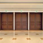 Brandschutztüren müssen nicht zwangsläufig aus Stahl sein. Ebenso sind elegante Edelstahlausführungen, filigranes Aluminium oder wie in diesem Fall Holz möglich. Bild: Herholz