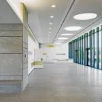 Im Foyer und Restaurant wurden wie an der Fassade Natursteinplaten aus Muschelkalk verwendet. Bild: Dietmar Strauß Architekturfotografie, Besigheim