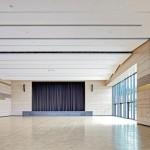 Licht von außen und helle Materialien im Saal. Bild: Dietmar Strauß Architekturfotografie, Besigheim