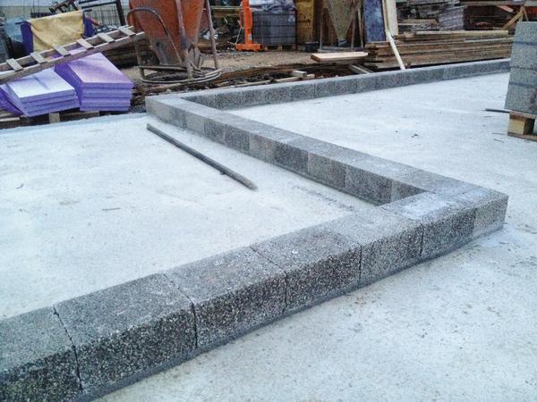 Als Bindeglied zwischen Betonplatte und aufgehendem Mauerwerk vermeidet der Iso Kimmstein das Aufsteigen von Kälte und Feuchtigkeit in die Wandscheibe. Bild: Bisotherm
