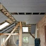 Deckenheizung im Dachgeschoss: Die aufgedruckte Verlegung der Rohre erleichtert den Einbau von Einbauleuchten, Luftauslässen oder Sprinklern.