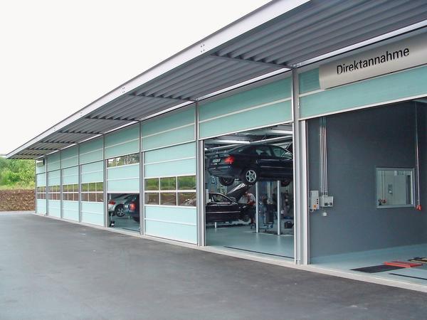 Das Fiberglas ermöglicht u.a. helle Arbeitsbereiche hinter dem geschlossenen Tor. Bild: Butzbach