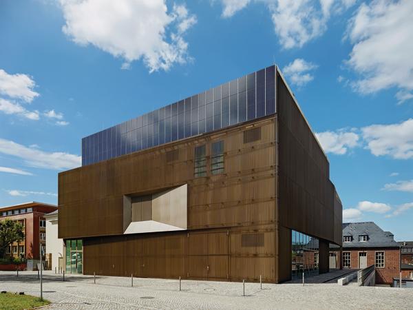 Die Technische Ausrichtung des Institutes ist offensichtlich: Fassade wurde mit PV-Elementen, Alu-Lamellen und einer Windkanal-Ansaugöffnung.