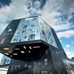 Der Uni-Neubau ruft Assoziationen wie Schwarze Perle, Spiegelkabinett oder Rubik's Cube hervor. Bilder: Wolfgang Croce/Prefa