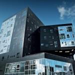 Bei der Aluminium/Glas-Kombinationsfassade stechen das Tiefschwarz und der Glanzgrad der Aluminiumverbundplatte ins Auge.