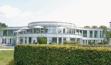 Geschwungen-filigrane Außenansicht des Hallenbades. Bild: prpm Architekten+Stadtplaner