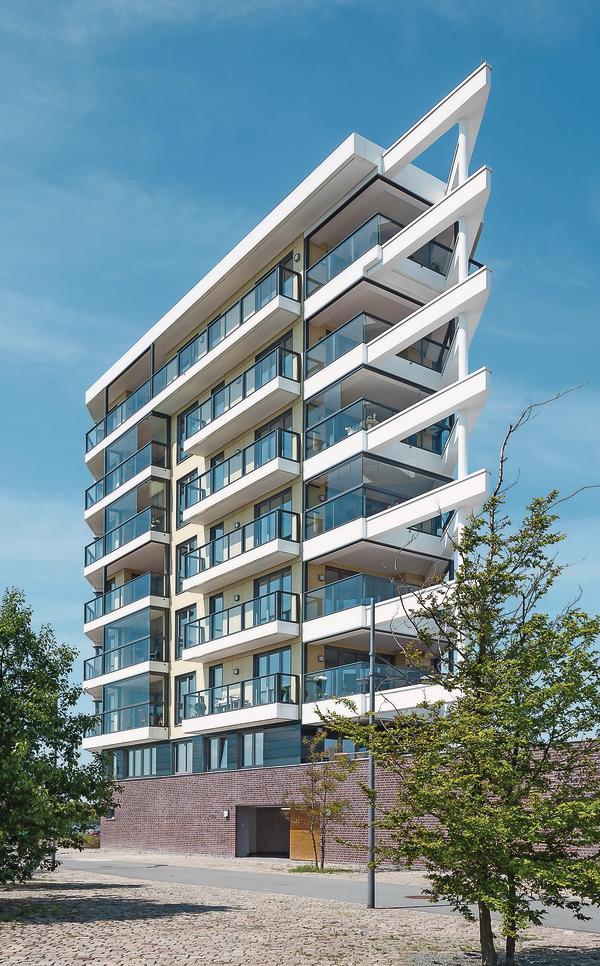 Zum Schutz vor Wind und Wetter wurden die Balkone eines expressiven, achtgeschossigen Wohngebäudes in Bremerhaven mit einer Balkonverglasung versehen.