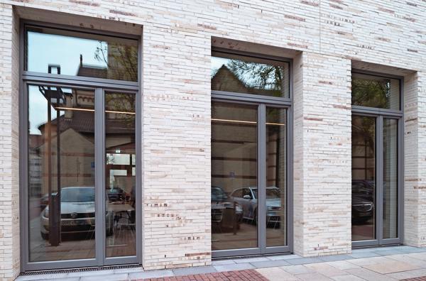 Hybridkleber für die Fensterabdichtung