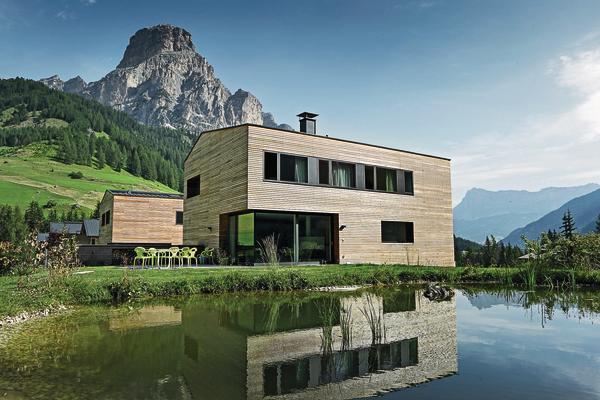 Aluminiumdach: In Corvara in Südtirol wurden zwei Mehrfamilienhäuser sowie zwei Eigenheime mit Metalldach-Deckungen aus Aluminium in Anthrazit versehen.